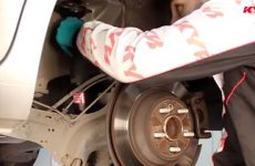 Os truques para mudar os amortecedores traseiros no Ford Mondeo lV, Galaxy II e S-Max (Video)