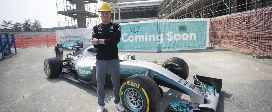 Valtteri Bottas visita futuro centro de tecnologia Petronas